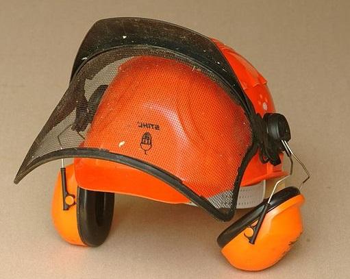 640px-Chainsaw_helmet